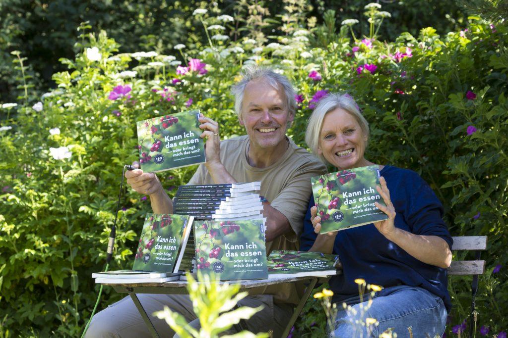 """Kosmos Buch """"Kann ich das essen - oder bringt mich das um"""", Autorenfoto, Autorenfotos, Autor, Autorin, Katrin Hecker, Frank Hecker"""